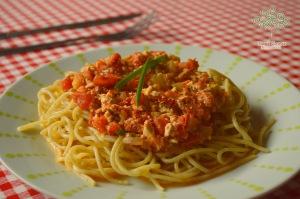 espaguete-integral-ao-molho-de-tomate-abobrinha-e-tofu-copy